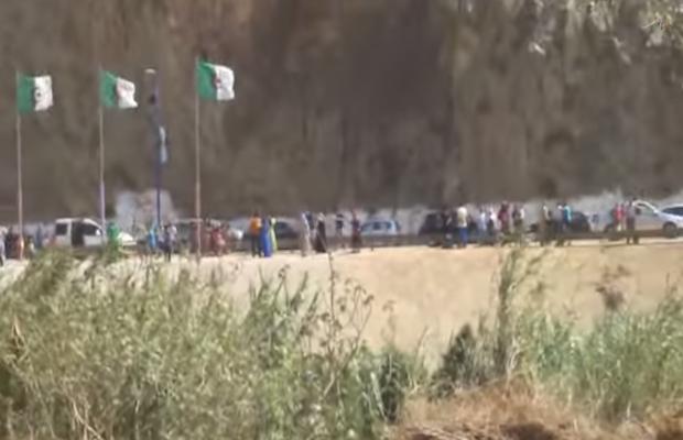 La rive gauche est marocaine, la rive droite algérienne. Des deux côtés de l'oued, des familles séparées par la frontière algéro-marocaine fermée.