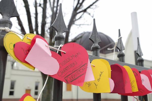 Des cœurs accrochés à l'entrée de la  mosquées de Strasbourg