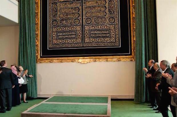 Le rideau de la porte de la kaaba expos au si ge de l onu for L interieur de la kaaba