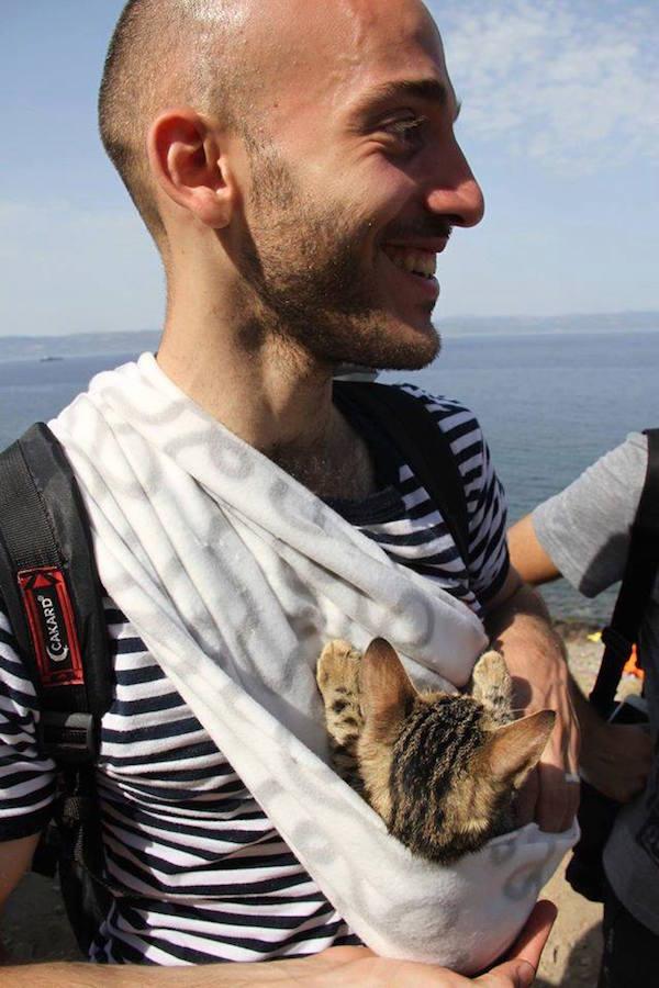 La photo de ce réfugié syrien fait le tour du web. Contraint de quitter son pays, ce Syrien a tout abandonner derrière lui ... sauf son petit chat.