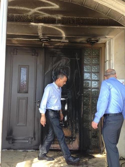 La porte d'entrée de la mosquée  à Umm al-Fahm, dans le Nord de la Palestine occupée, incendiée par des colons juifs.