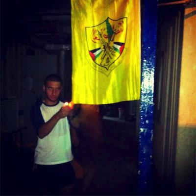 soldat isrélien brule drapeau palestinien