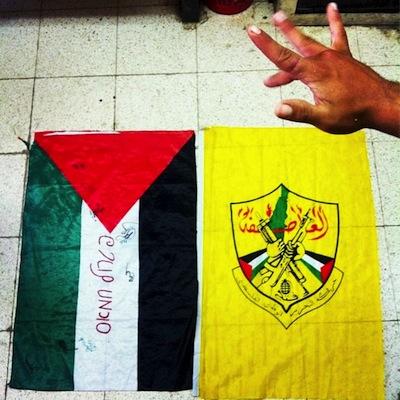 soldat isrélien geste obscène drapeau palestinien